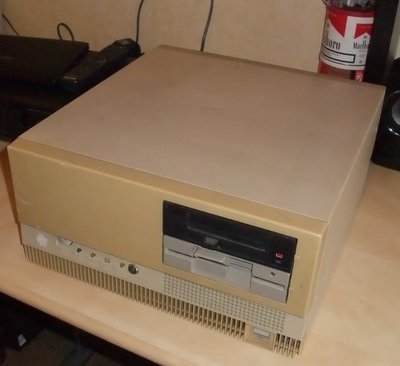 PC Olivetti M28 de face.