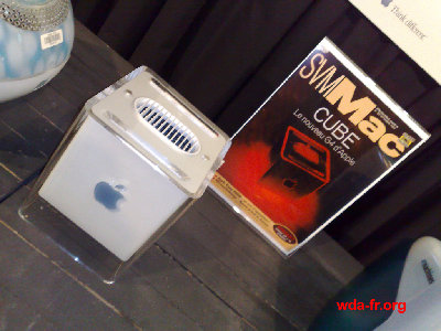 Un Apple G4 Cube sans véritable cartel.