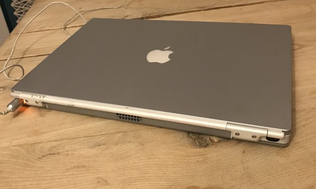 Apple PowerBook Titanium G4 vu de dos.